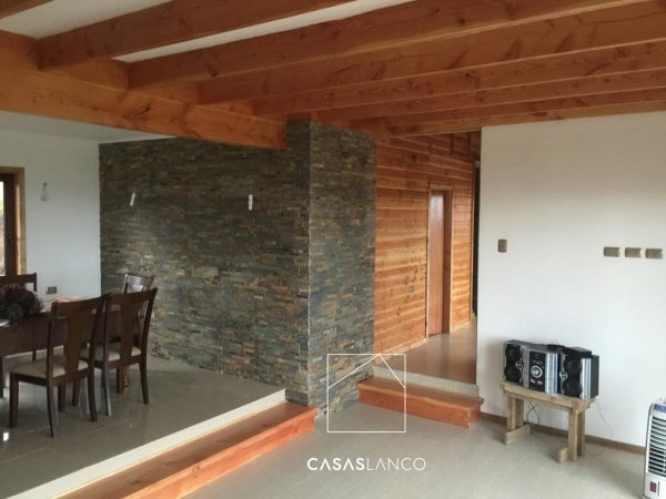 Revestimiento de muros exteriores con combinación de traslapos de fibrocemento y piedras.