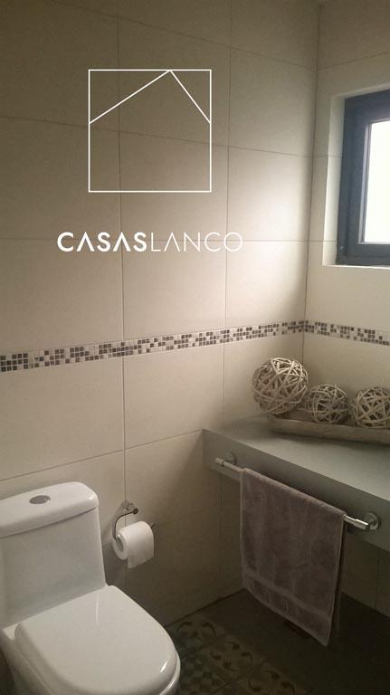 Baños completos (WC, tina y lavamanos). Pisos y paredes completamente revestidas en cerámico.