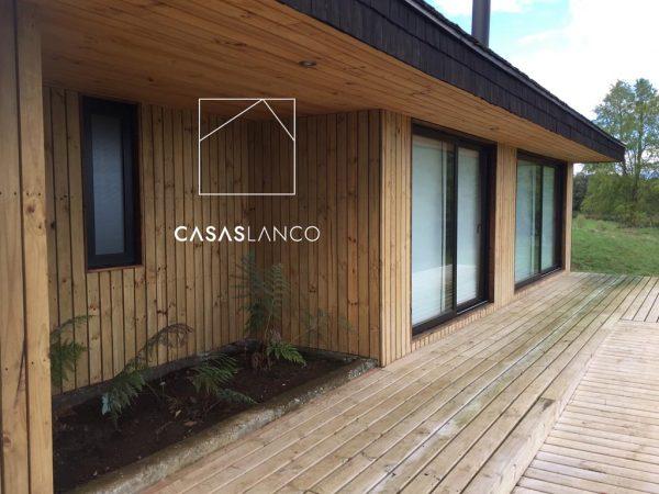 Terraza con madera impregnada para mayor duración.