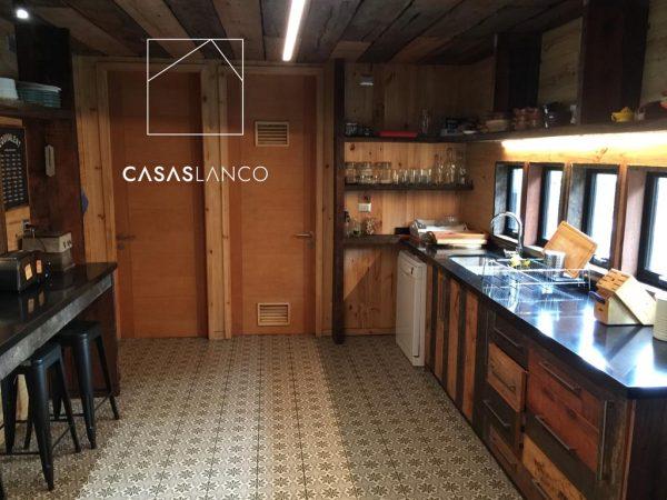 Muebles de cocina con uso de madera reutilizada