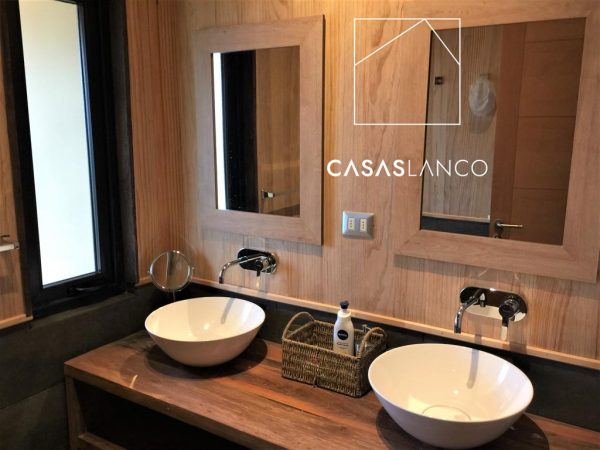 Baños con muebles de madera rustica.