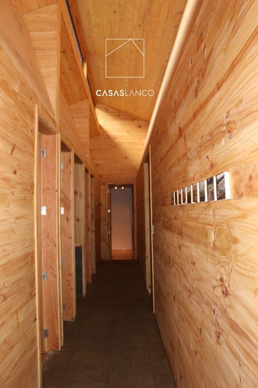 Revestimiento interior en pino insigne y piso de madera nativa..