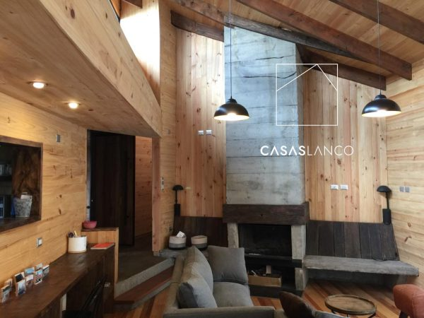 Living comedor revestido con combinación de distintos tipos de madera