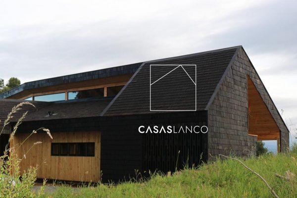 Cubierta de techo y muros exteriores revestidos en tejuela de Alerce.